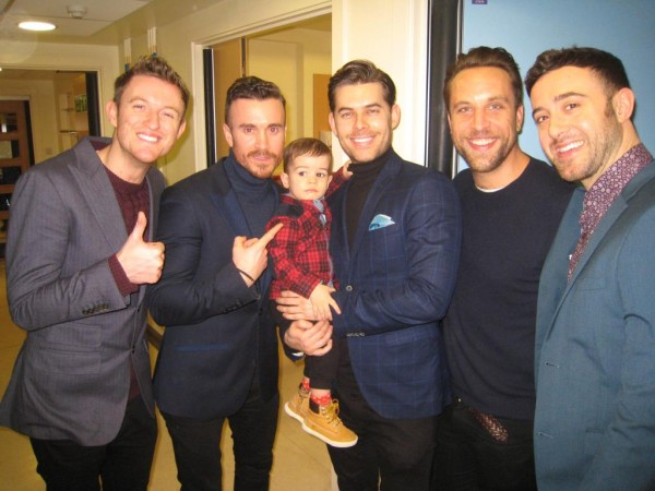The Overtones mit Patient Ethan im Great Ormond Street Hospital